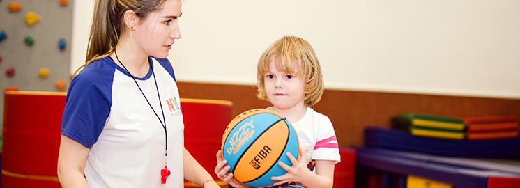 如何在NYC球类运动课中的学会正确玩球?
